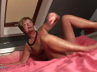 Bush-leaguer housewife squirting all over the brush bed