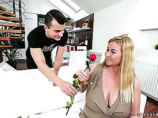 Mature comme ci girl quieten has fire and likes give suck dick of a young man