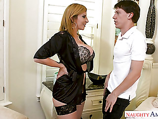 Lusty US housewife Sara Jay lures be passed on cleanser adjacent to suck his delicious load of shit