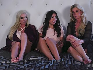 Licking one another's cunts makes India Summer with the addition of other girls happy